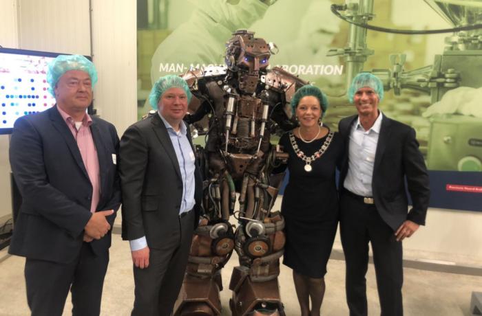 Burgemeester Blanksma opent samen met robot nieuwe field lab Smart Food Processing