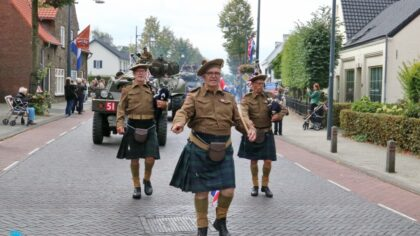 Intocht van Garden 75 in Mierlo Hout is groot succes.