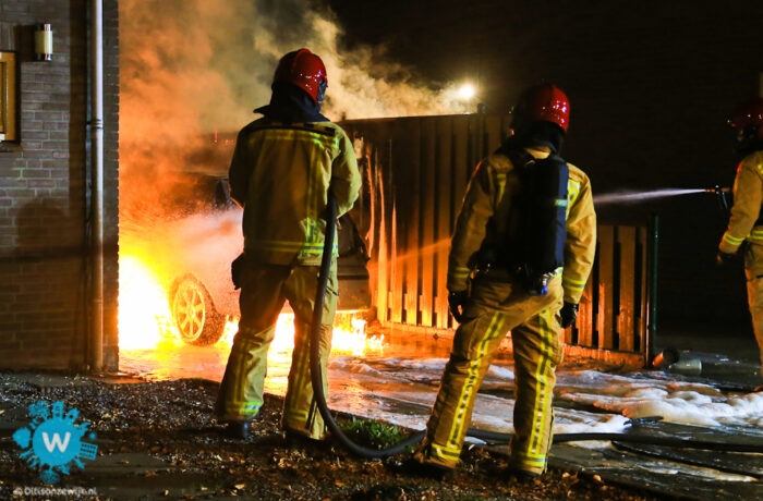 Auto brand uit op oprit politie gaat van brandstichting uit.
