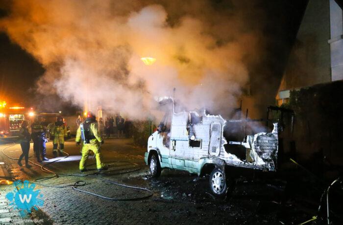 Camper gaat verloren en auto raakt beschadigt door twee autobranden in zeer korte tijd in Helmond