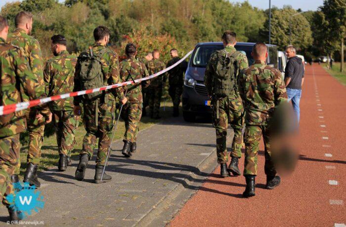 Militairen zoeken in de bossen bij de rijpelberg naar drugs en geld
