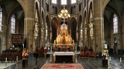 Altaren en beelden schoonmaak st.Lambertuskerk.