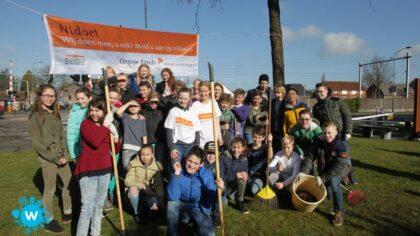 Voorjaarsschoonmaak Monument door Groep 8 Jorisschool en NL Doet
