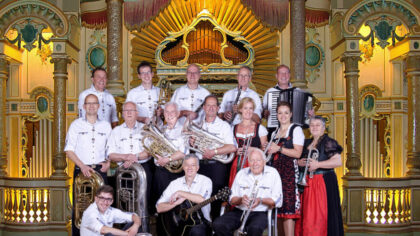 Concert door de Aalander Muzikanten te midden van de Helmondse draaiorgels