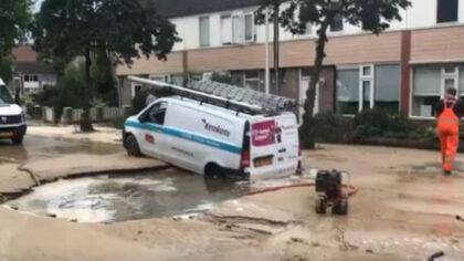 Bestelbus zakt weg in sinkhole, straat staat blank in Helmond-Oost