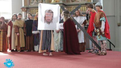 Paasspel St. Odulfusschool brengt het verhaal van de kruisweg tot leven