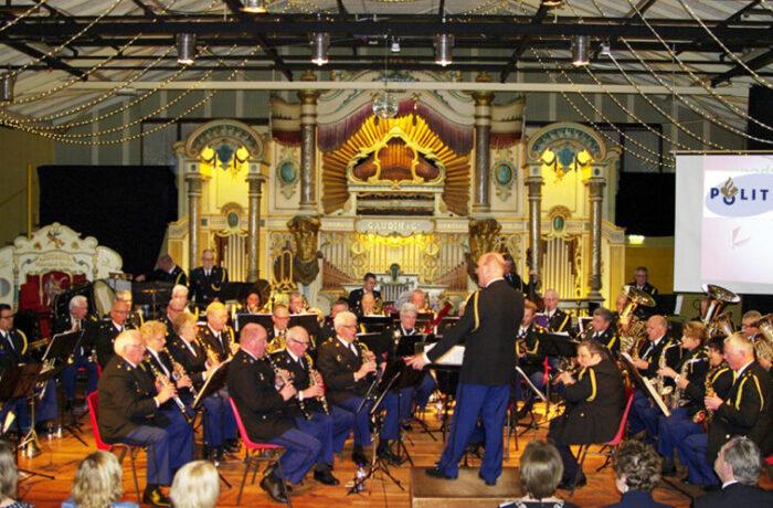 Zondag 28 april 14.00 tot 16.00 uur concert door de Politieharmonie Zuid-Oost Brabant