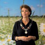 Burgemeester Elly Blanksma richt de coronafoon in