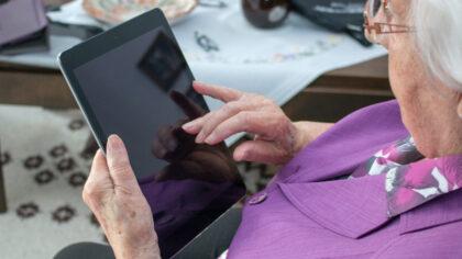 Honderden laptops voor leerlingen en ouderen