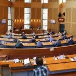Raadsleden staan tegenover elkaar tijdens spoeddebat Helmond Sport