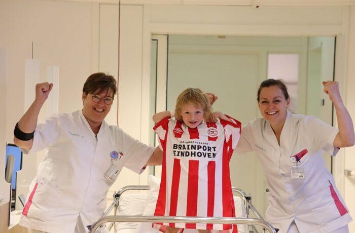 Brainportpartners doneren bijzondere PSV-shirts aan vier ziekenhuizen