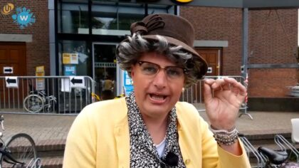 Tante Toos haalt kaarten voor de Helmondse Blijf Thuis Bingo