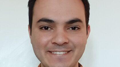 Akram maakt coronabrochure in twee talen