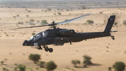Helikopters trainen boven De Peel
