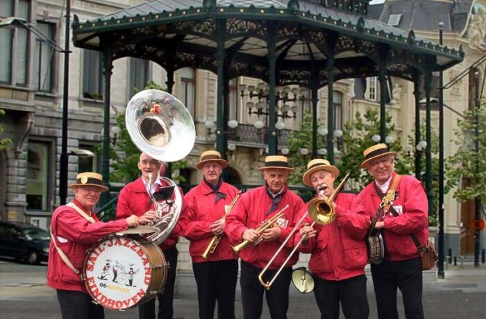 Streetparade met vijf orkesten in centrum van Helmond