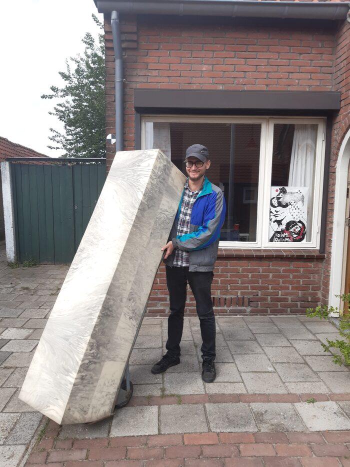 Dirk Reimes met zijn blok 'steen' in de Leonardusbuurt