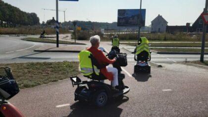 Oefenen op de scootmobiel tijdens tocht door Helmond