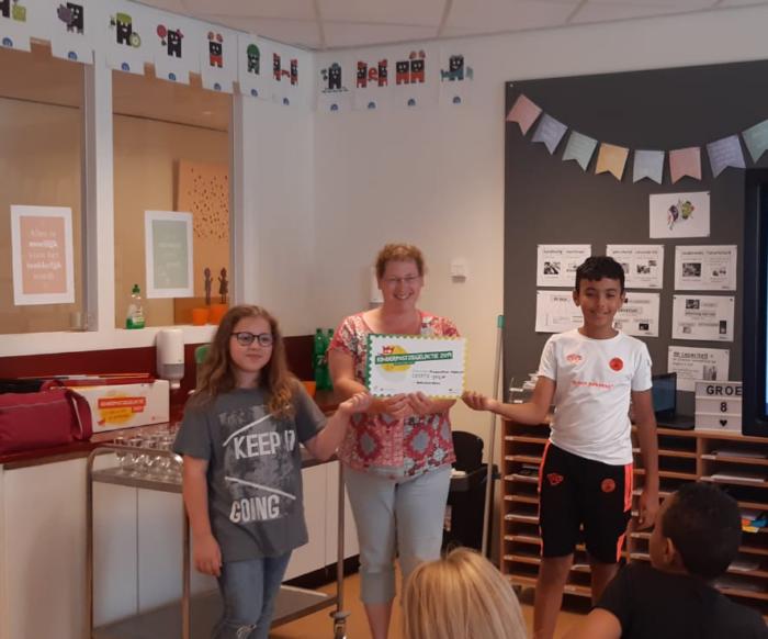 Cheque van Kindcentrum Mozaïek voor VoorleesExpress