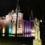 Kasteel en hotel West-Ende in de Keijebijters clubkleuren belicht