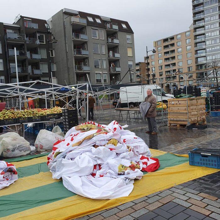 Harde wind veroorzaakt schade op de markt