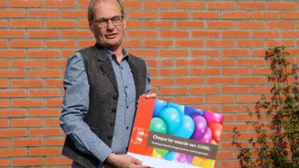 Tienerhuis krijgt cheque van wethouder Dortmans