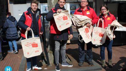 Promotieteam deelt 'Welkom op de markt' tasjes uit