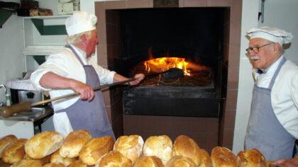 Vloerbrood bakken in Jan Visser Museum