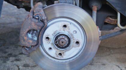Remsysteem van auto regelmatig controleren