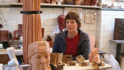 Trudie Broos, maakster borstbeeld Lucas Gassel bij Kunstlokaal42